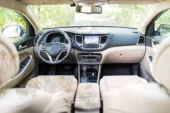 Photo de l'intérieur d'une voiture retouché.