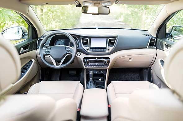 Photo de l'intérieur d'une voiture.